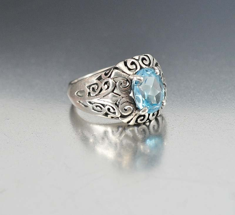 Exquisite sterling silver ring set with a faceted 3.5 c
