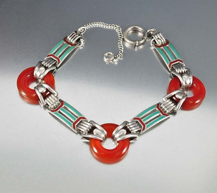A classic Art Deco color combination of green and red e