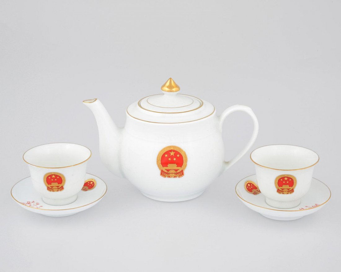 A FOURTEEN PIECE WHITE PORCELAIN TEA SET WITH GOLD AND