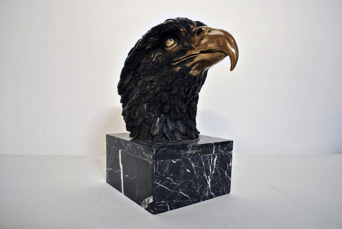 A LARGE BRONZE CAST OF AN EAGLE HEAD,