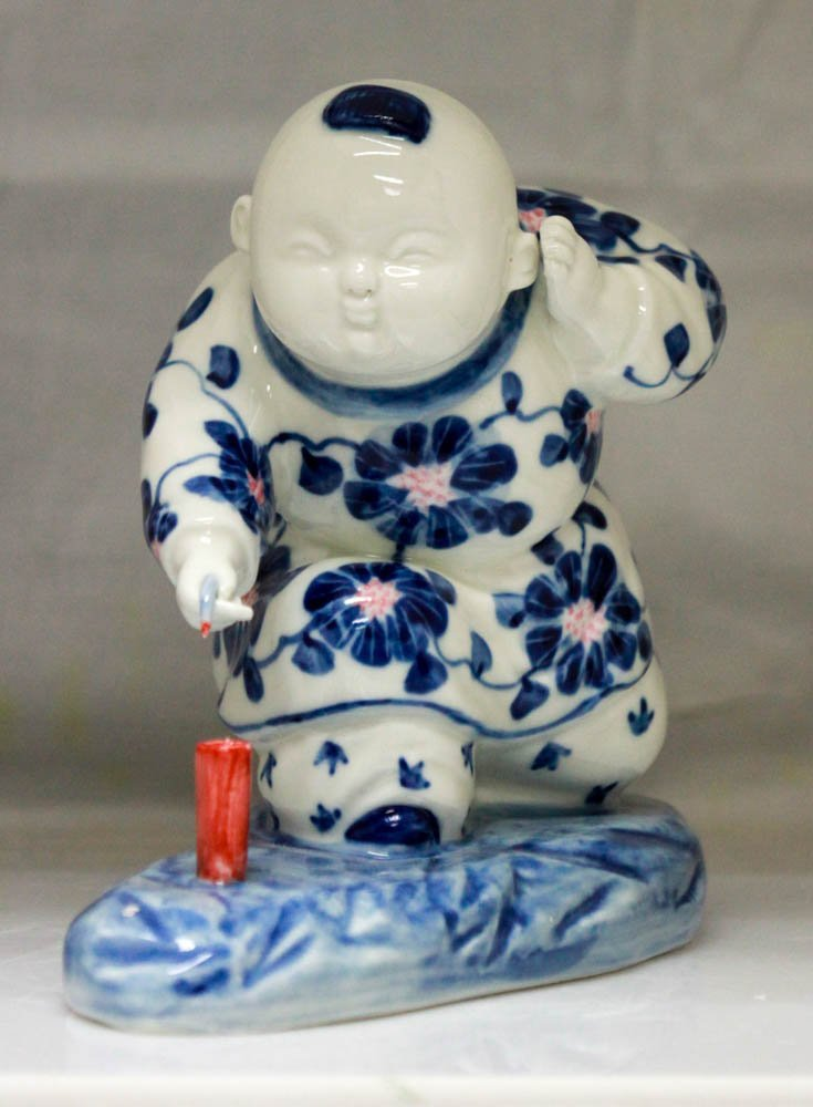 COLLECTIBLE CHINESE PORCELAIN MAN MEDITATING