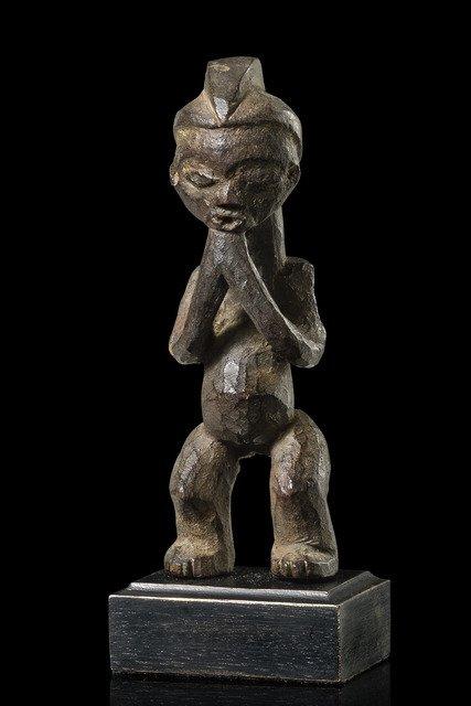 "Small standing female figure ""pindi"" - D. R. Congo,"