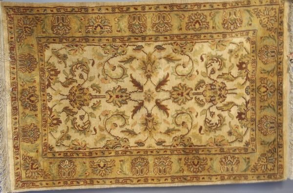 4003: Indo Japour Sultanabad Rug, 4' x 6'.