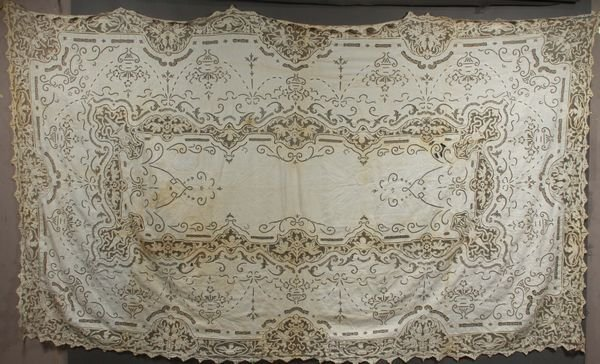 "3004: Antique Lace Tablecloth, 115"" x 71"""
