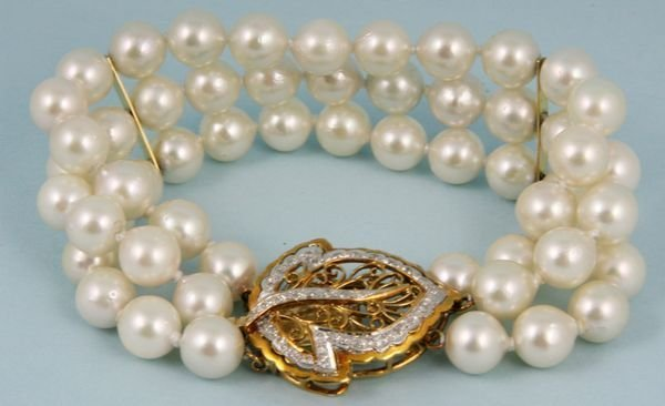 2005: Ladies triple strand pearl bracelet