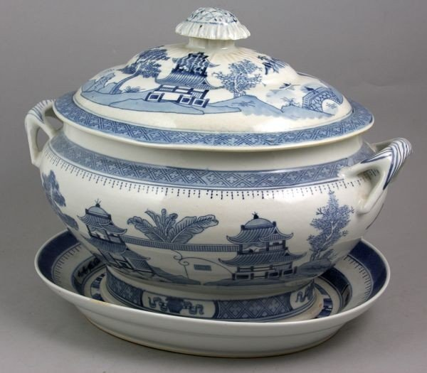 9006: 20th C. Chinese Canton Porcelain Covered Tureen