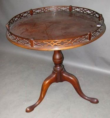 7013: Queen Anne-style Mahogany Table, Gallery Top