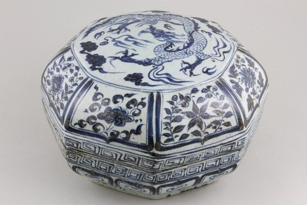 7085: Chinese Blue and White Octagonal Box