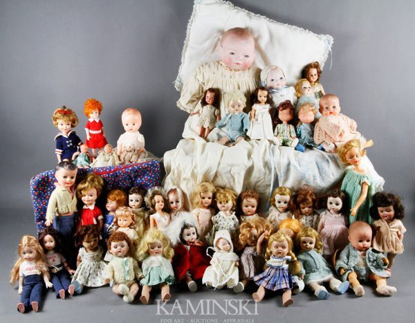 1085: Large Collection of Dolls