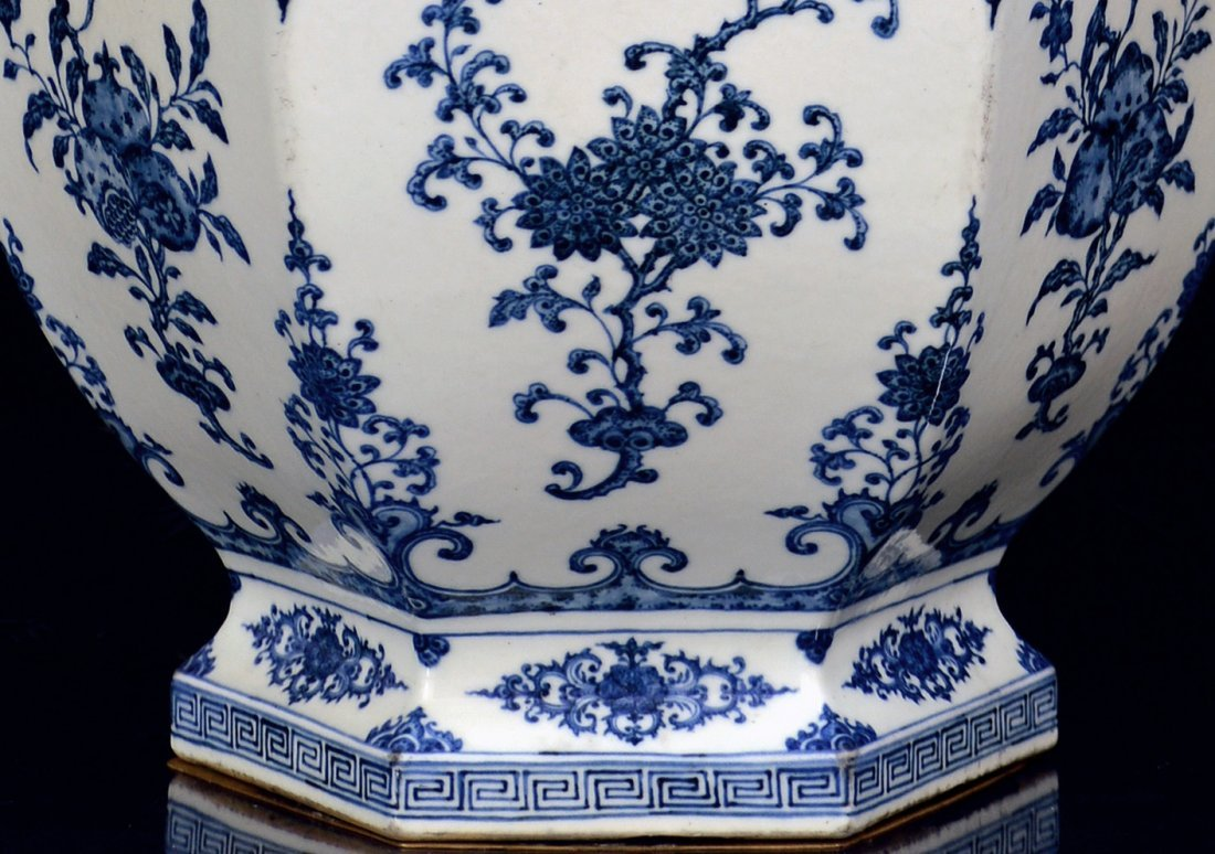 Grand Chinese Blue and White Fruit Vase - 2