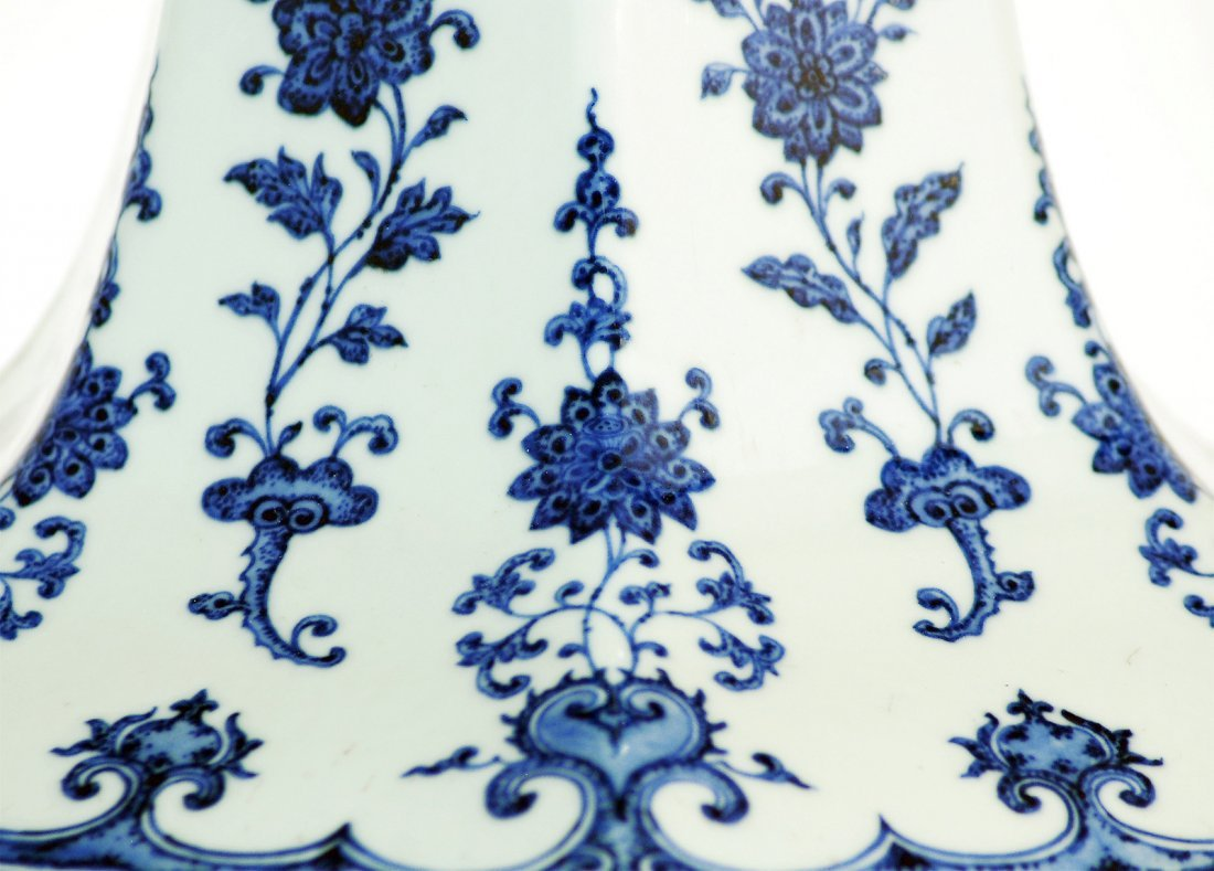 Grand Chinese Blue and White Fruit Vase - 4