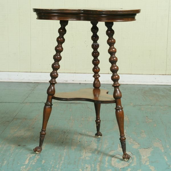 1006: C 1900 lamp table, clover shaped top and shelf, t