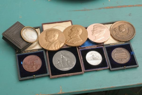 1260: Lot of 8 commemorative medals, some bronze, alumi
