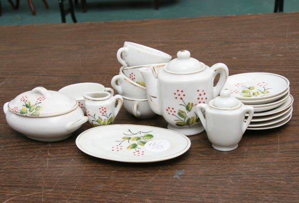 1018: Seventeen pieces child's porcelain dinner set, Ja