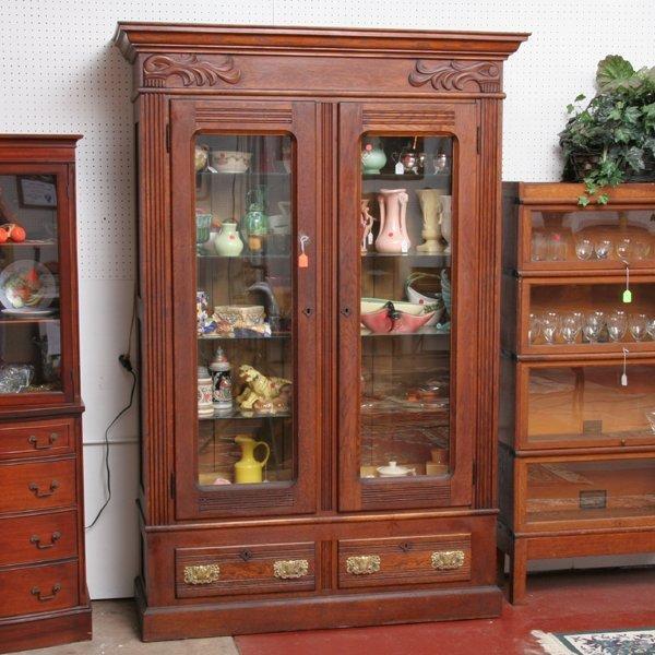 1025: C1900 double door cabinet, solid oak, reeded pila