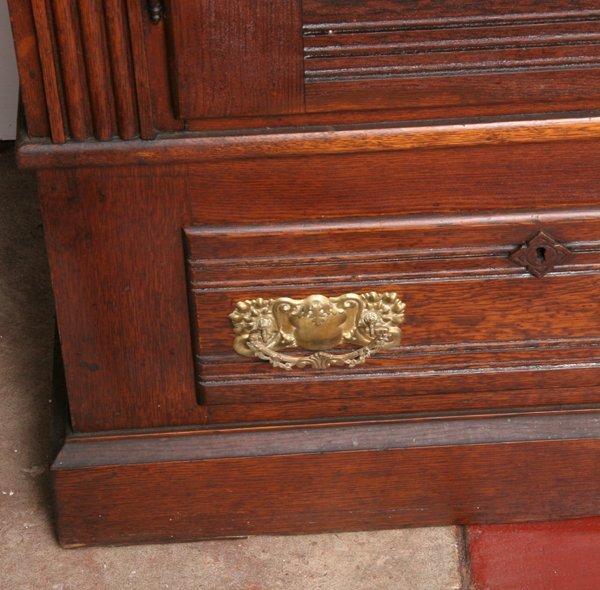 1025: C1900 double door cabinet, solid oak, reeded pila - 2
