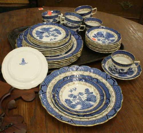 199: 34 piece dinner service, Blue Willow pattern, Boot
