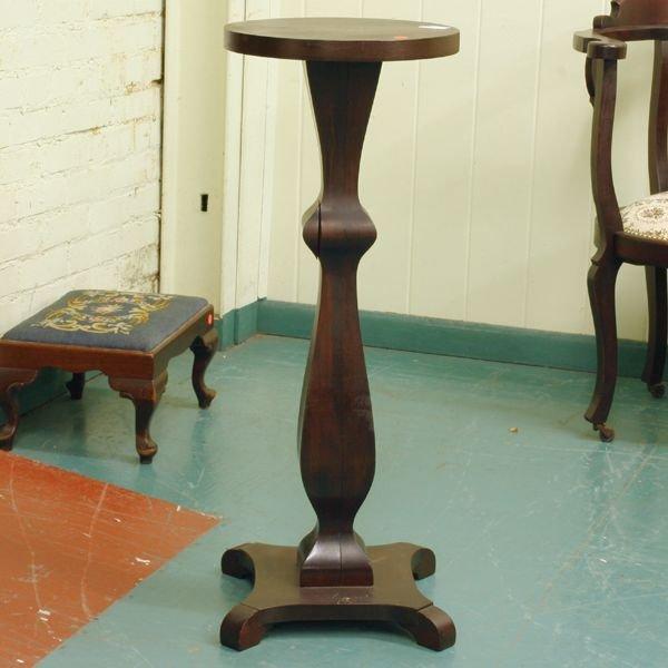 1004: Early 1900 Colonial Revival pedestal, mahogany, s