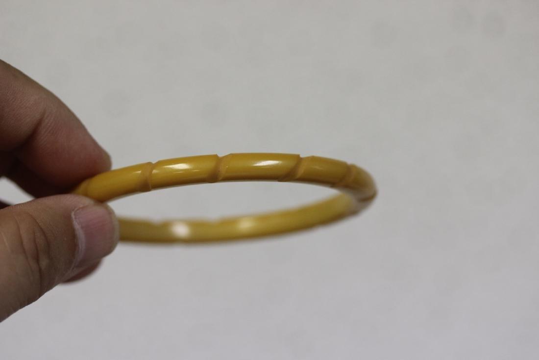 A Vintage Bakelite Bangle Bracelet - 4
