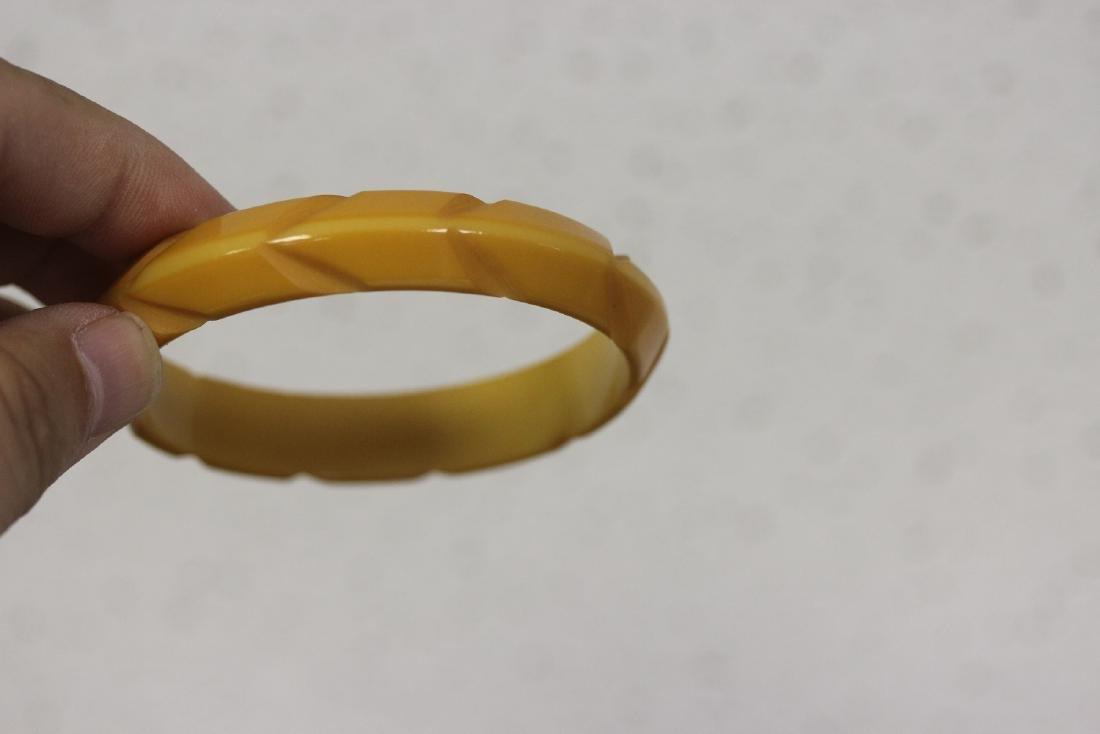 A Bakelite Bangle Bracelet - 3