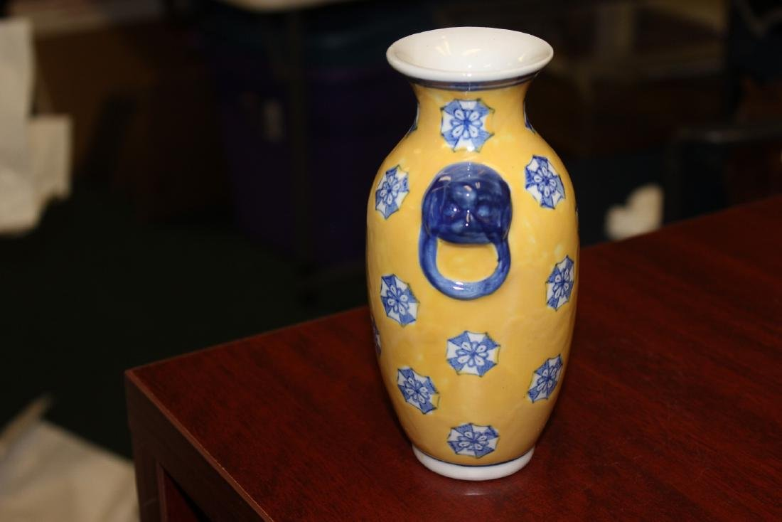 A Chinese Decorative Porcelain Vase - 2