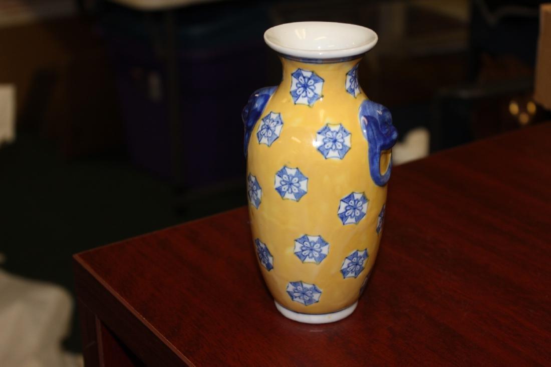 A Chinese Decorative Porcelain Vase - 3