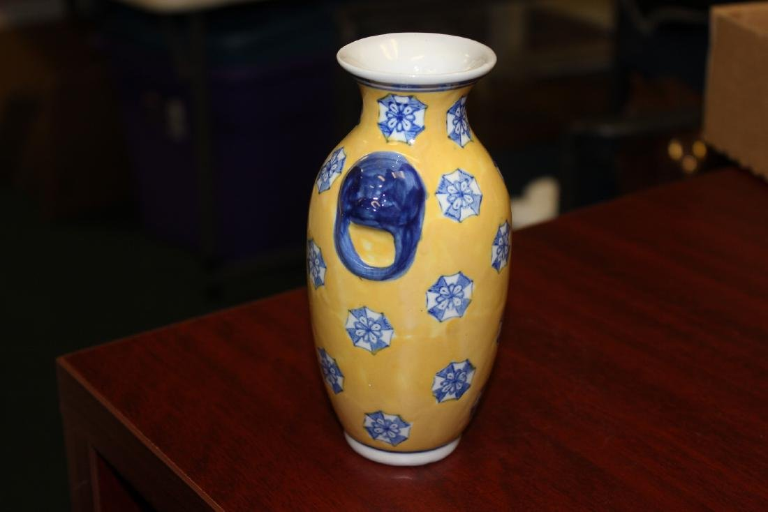 A Chinese Decorative Porcelain Vase - 4
