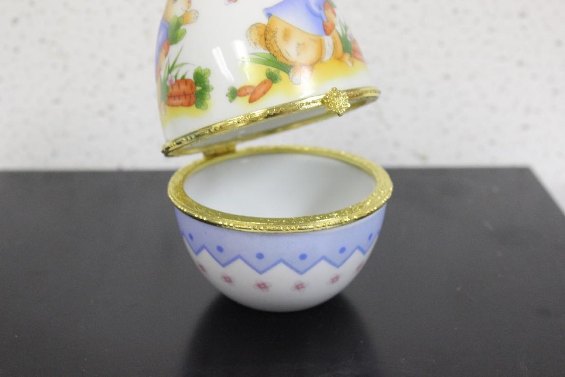 A Porcelain Egg Form Trinket Box - 4