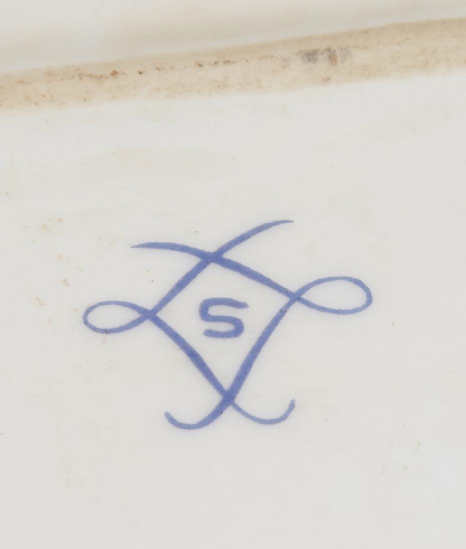 Sevres Style Porcelain Dresser Box, 20th c., of shaped - 3
