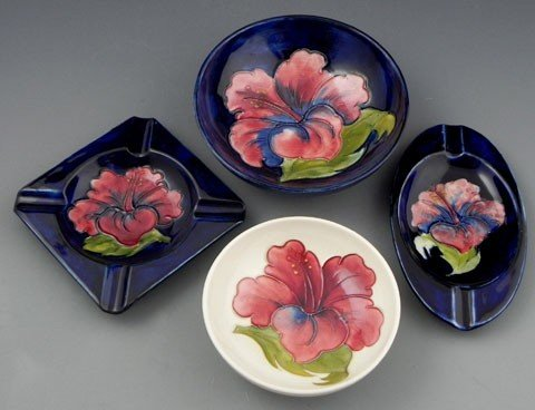 121: Four Moorcroft Pottery Hibiscus Pieces, 20th c., t