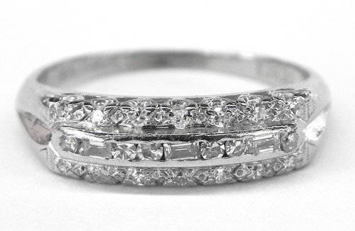 622: Lady's Platinum Ring, with a central band of round