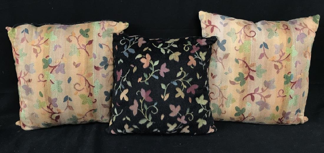 Lot 3 Accent Pillows With Floral And Leaf Motif - 2