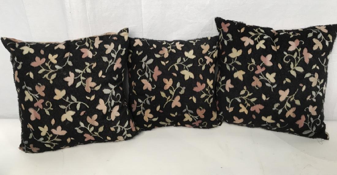 Lot 3 Accent Pillows With Floral And Leaf Motif - 5