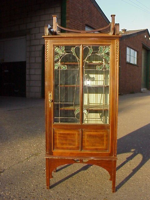 4042: A Superior quality display cabinet