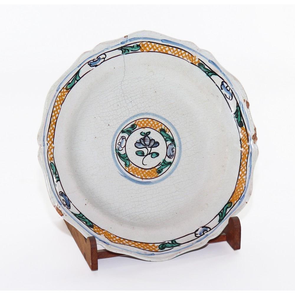 PIATTO in ceramica smaltata e decorata (usure). Cerreto