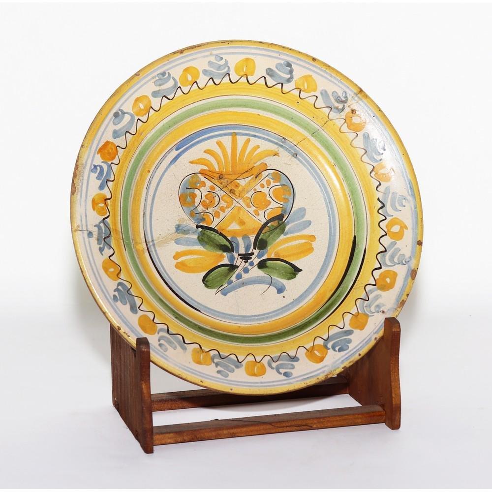PIATTO conco in ceramica smaltata e decorata (rotture).