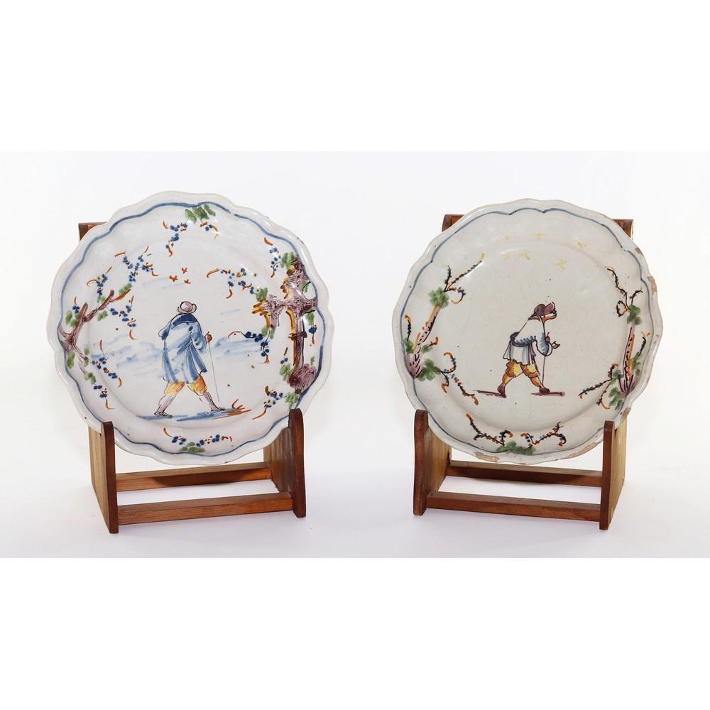 DUE PIATTI in ceramica smaltata e decorata raffiguranti