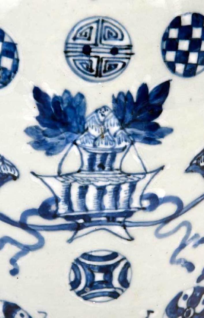Two Chinese Blue and White Lidded Jars - 4