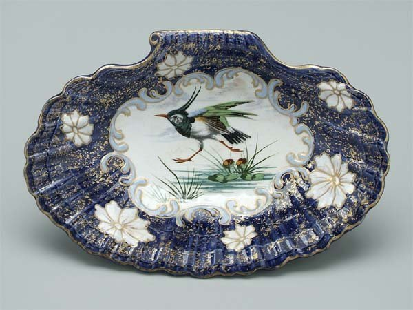 10: Chelsea style shell shaped dish,