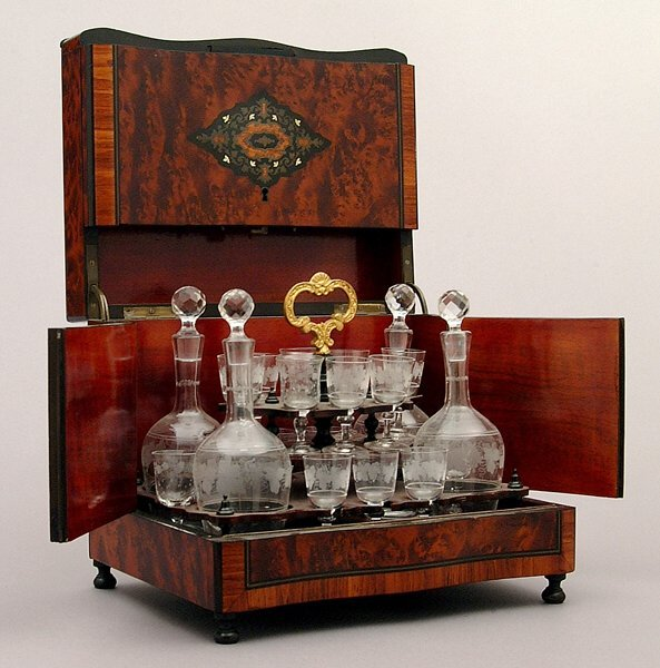 11: Glass decanter set:
