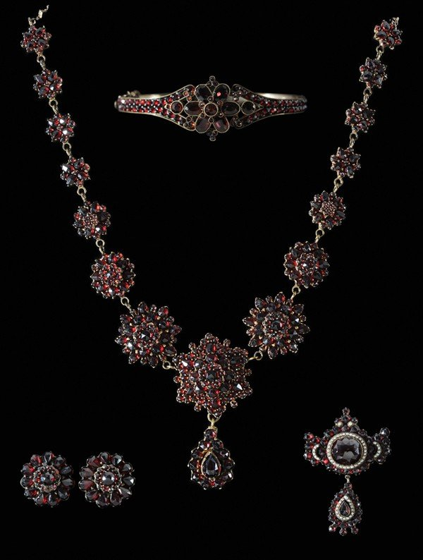 677: Vintage Garnet Jewelry Suite