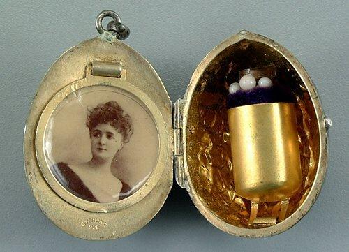 2: Sterling silver walnut form locket, interi