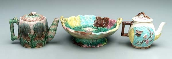 622: Two majolica teapots, bowl: