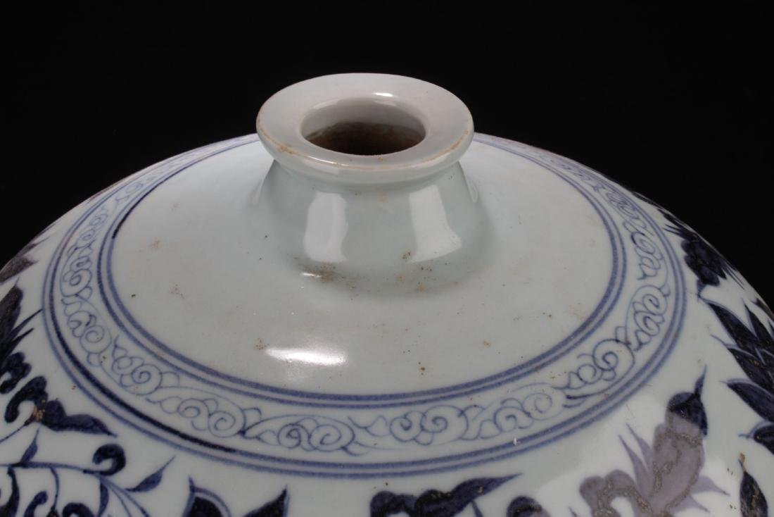 An Estate Chinese Blue and White Porcelain Vase - 7