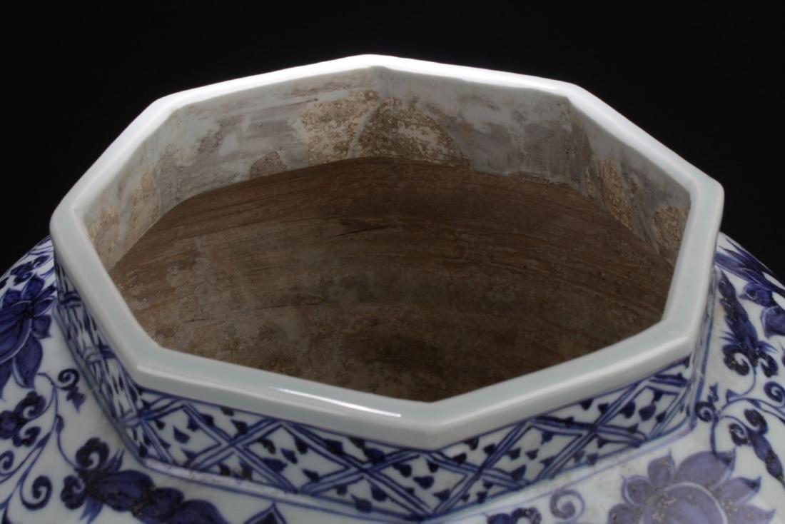 A Hexa-shape Chinese Blue and White Porcelain Vase - 5