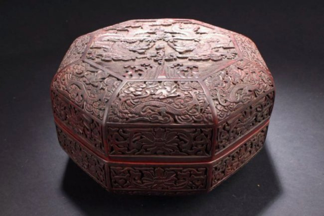 An Octa-shape Chinese Dragon-decorating Lacquer Box