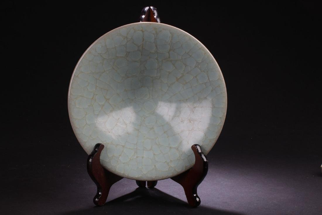 A Circular Chinese Crack-stylePorcelain Plate Display
