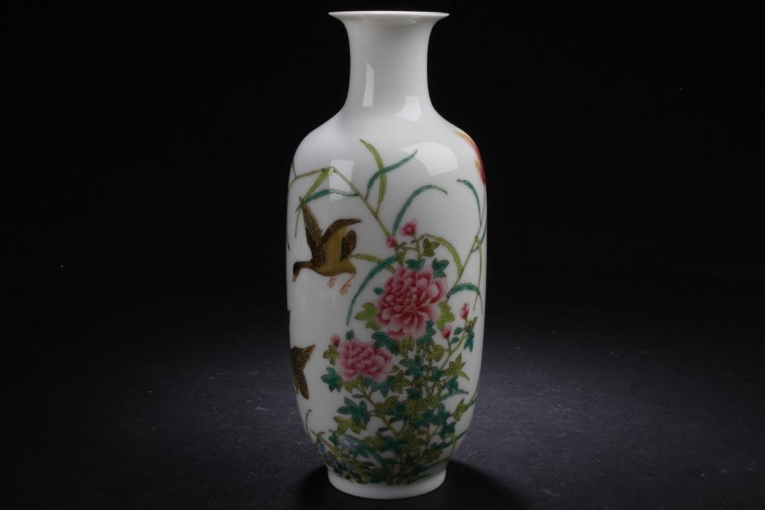A Chinese Nature-sceen Porcelain Vase Display
