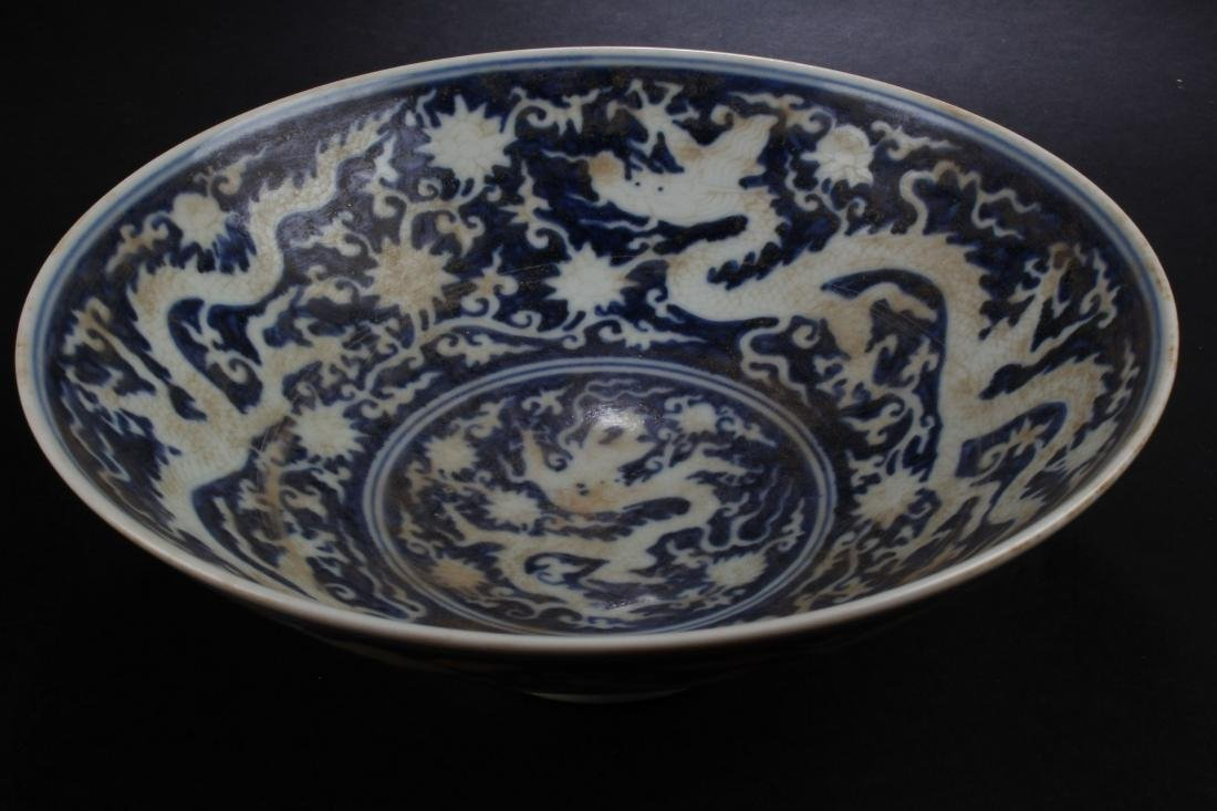 A Chinese Dragon-decorating Estate Blue and White