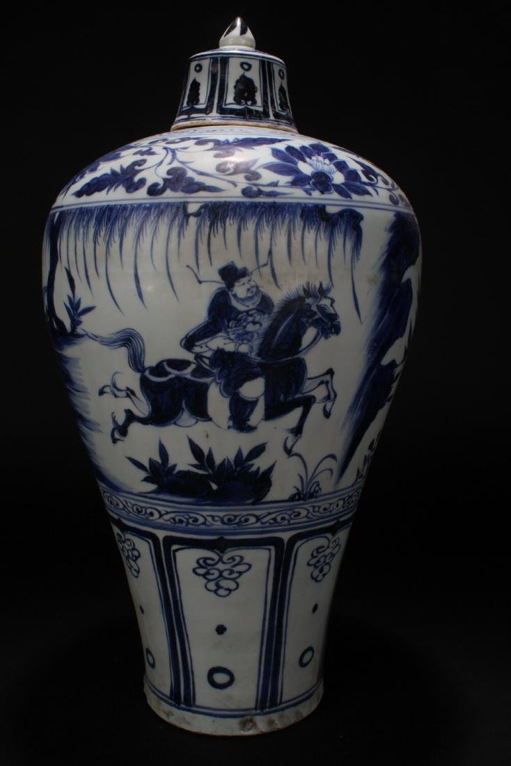 A Chinese Blue and White Lidded Porcelain Vase Display - 3